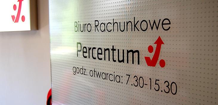 Biuro Rachunkowe Percentum, godz. otwarcia: 7.30-15.30 - napis na drzwiach prowadzących do biura