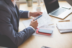 Księgowy zajmujący się dokumentami związanymi z obsługą płacową i kadrową